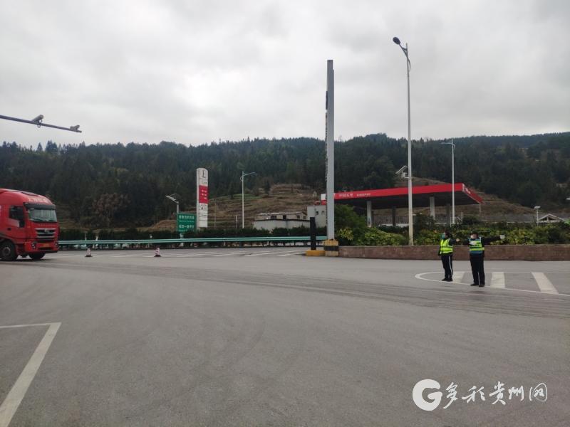 上堡服务区因前方有车辆自燃,现场巡查员李云(右二)组织保安对车辆进行引导.jpg